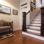 Темные балясины лестницы в классическом стиле