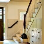 Дамская сумочка на ступеньке лестницы