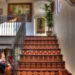 Мозаичная плитка на простенках лестницы