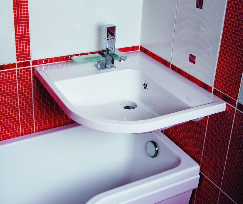 Угловая раковина над акриловой ванной