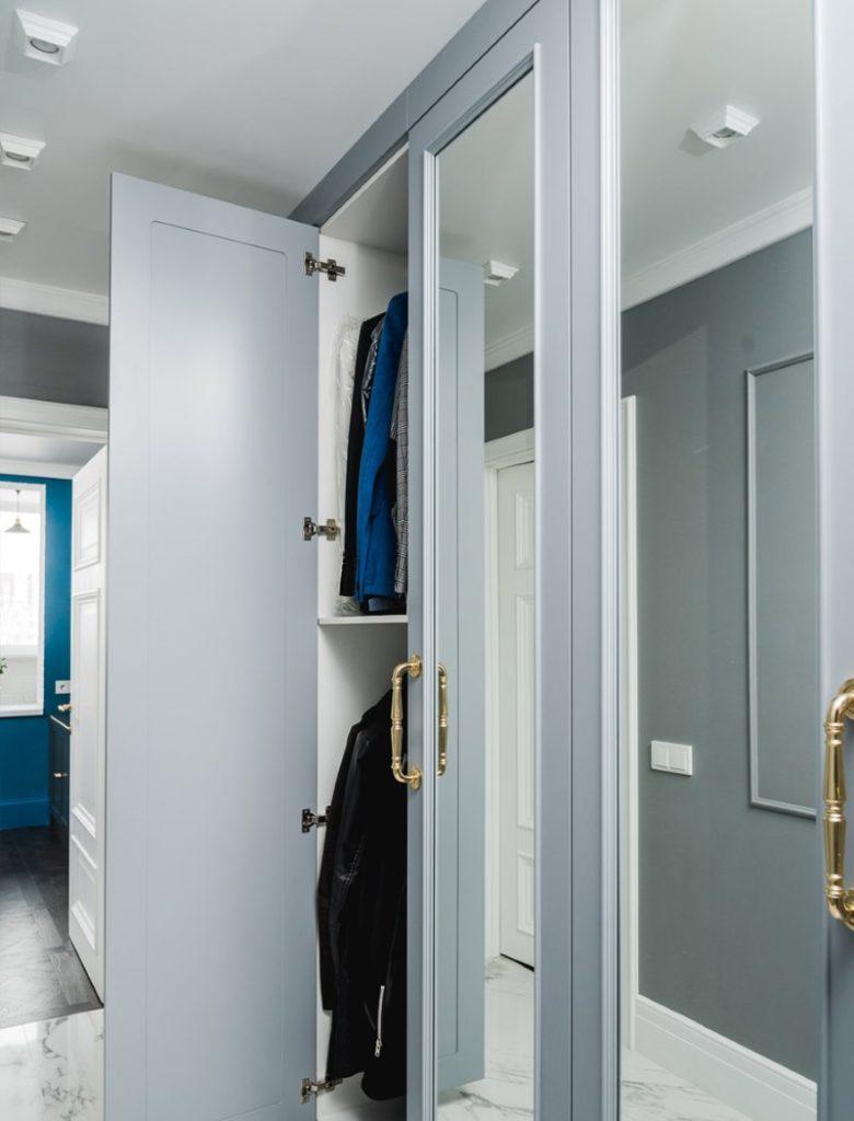 Распашная дверь с зеркалом на шкафе в прихожей