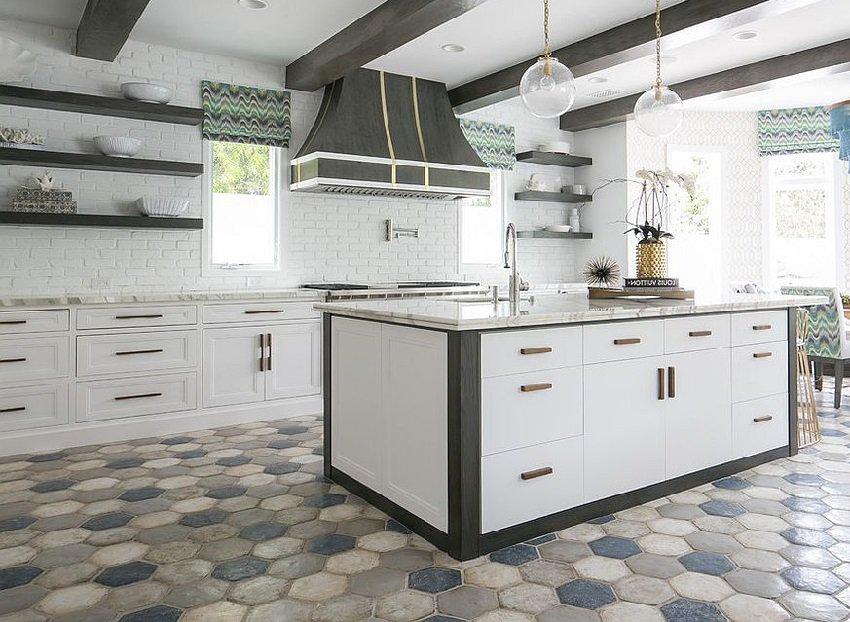 Разноцветная напольная плитка в дизайне кухни