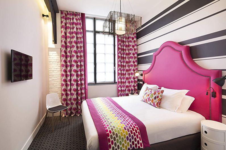 Розовое изголовье кровати в спальной комнате девушки