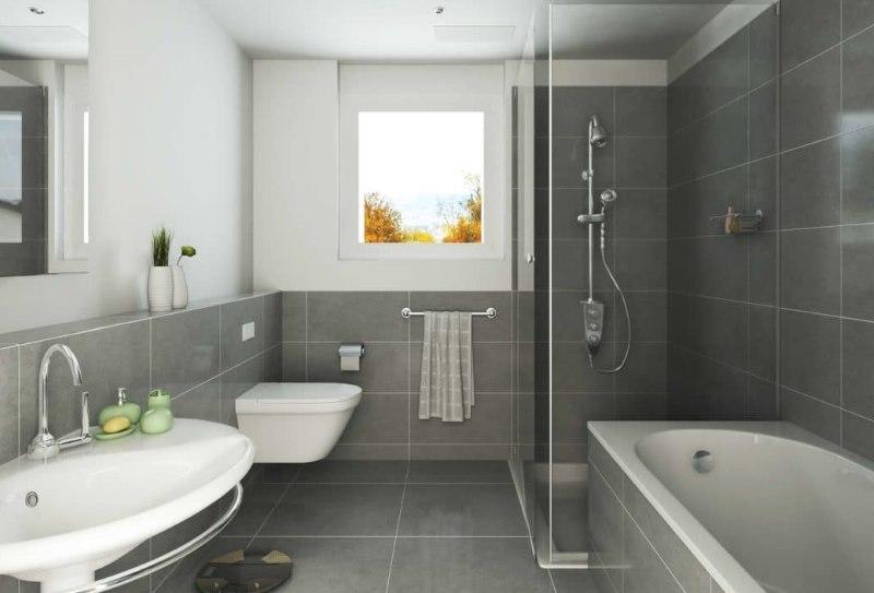 Интерьер серой ванной комнаты с окном