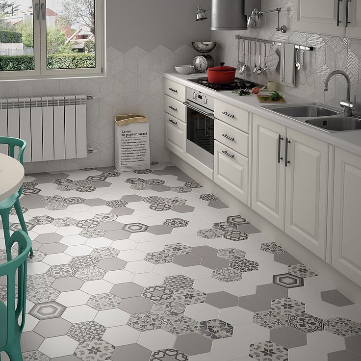 Мозаичный пол на кухне из керамической плитки