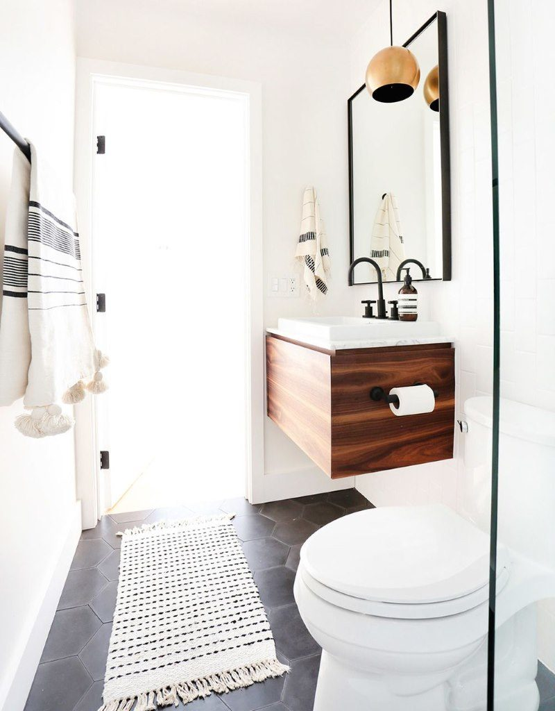 Интерьер компактной ванной в белом цвете