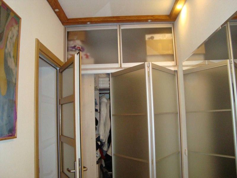 Шкаф с раскладными дверками в прихожей городской квартиры