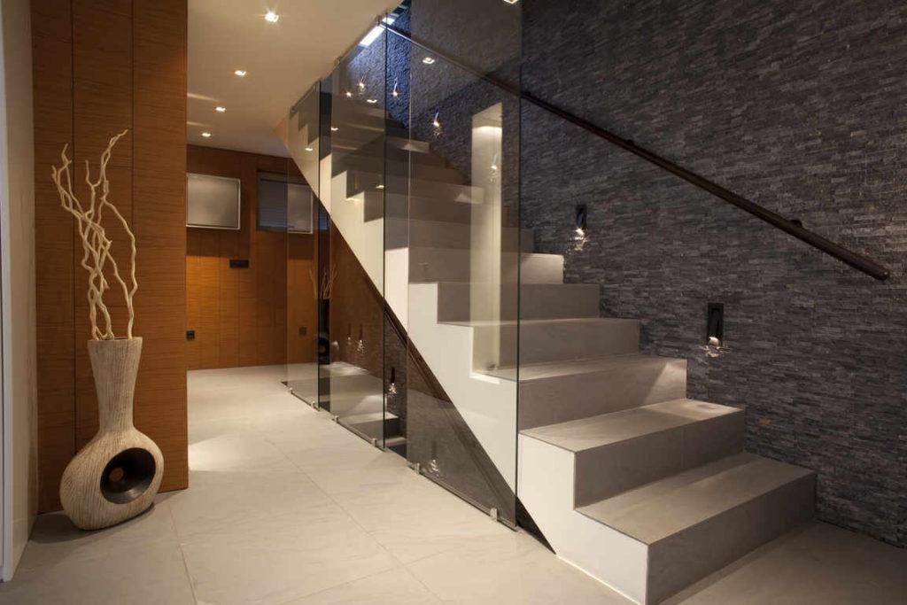Бетонная лестница с перилами из прочного стекла