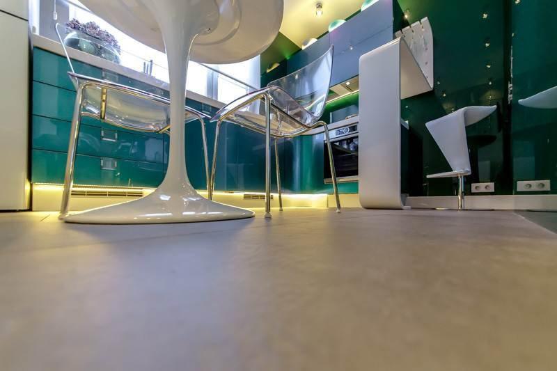 Гладкая ровная поверхность качественной плитки на полу кухни