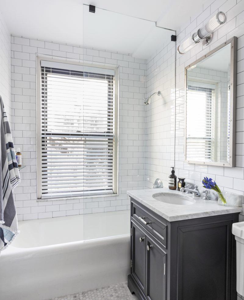 Интерьер белой ванной в частном доме