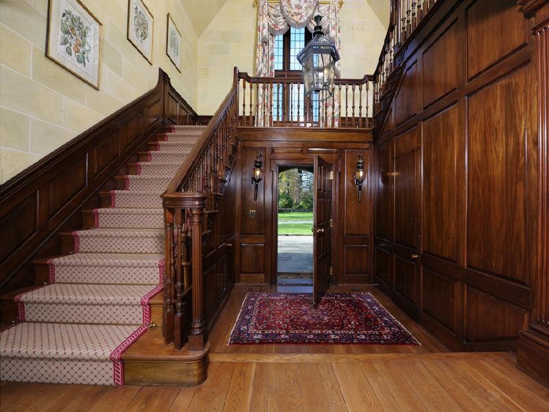 Массивная лестница в британском стиле