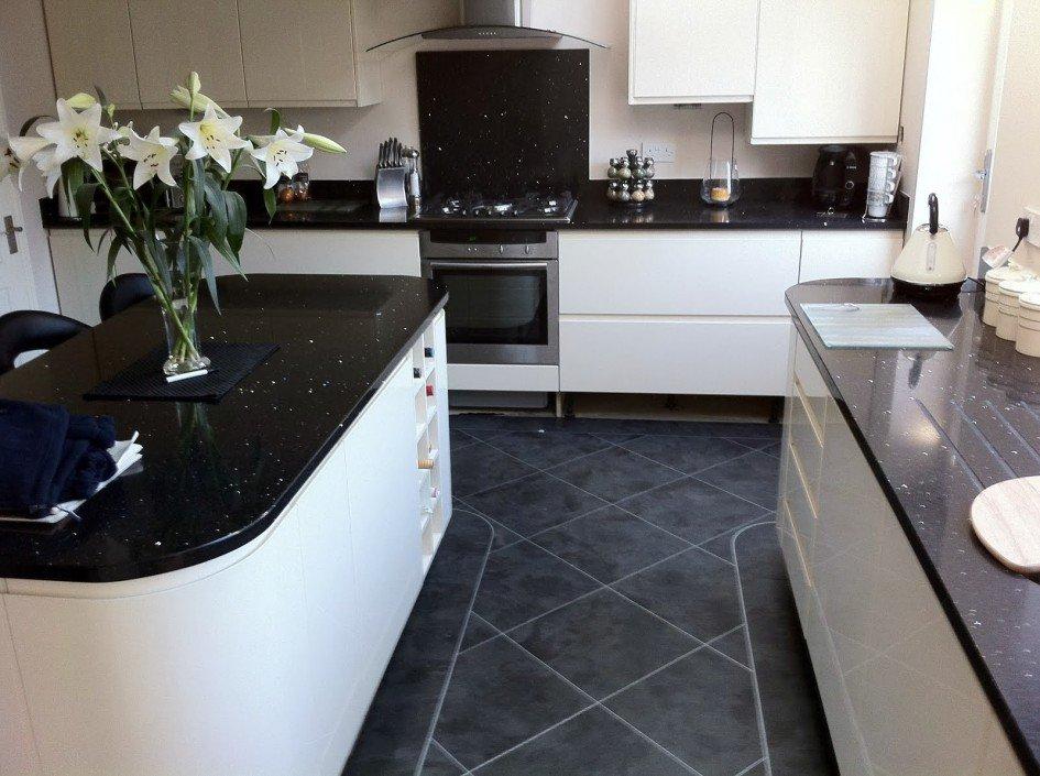 Темная керамогранитная плитка на кухонном полу