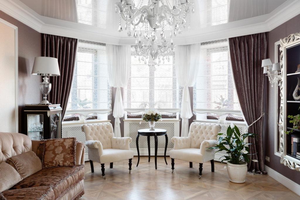 Классическая гостиная с темными занавесками