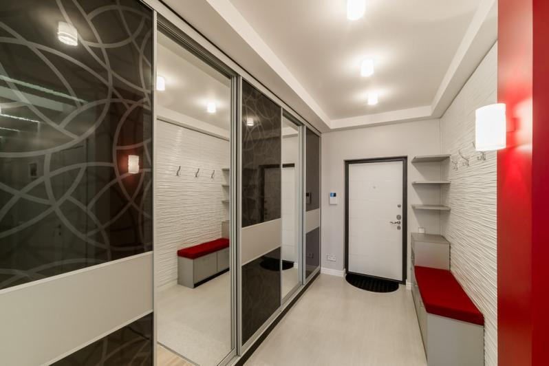 Шкаф-купе со стеклянными дверками в узкой прихожей