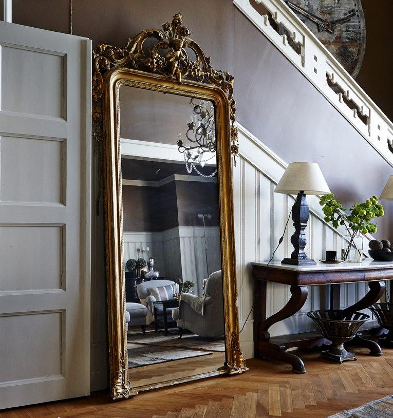 Шикарное зеркало в коридоре с лестницей