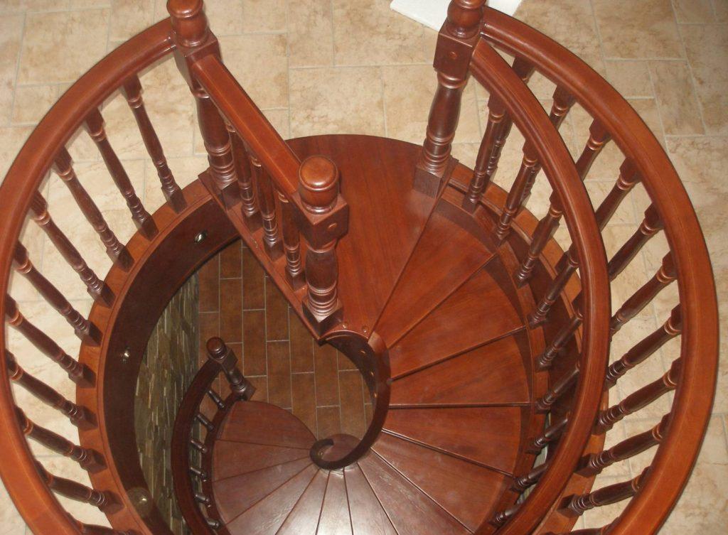 Деревянная лестница винтового типа