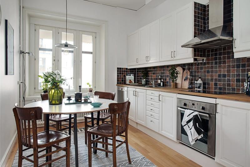 Белая кухня линейной планировки