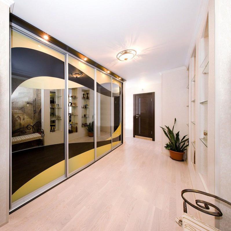 Большой шкаф с зеркальными дверками в светлой прихожей