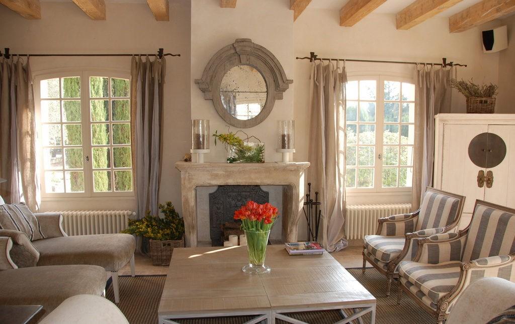 Зеркало над камином в гостиной загородного дома