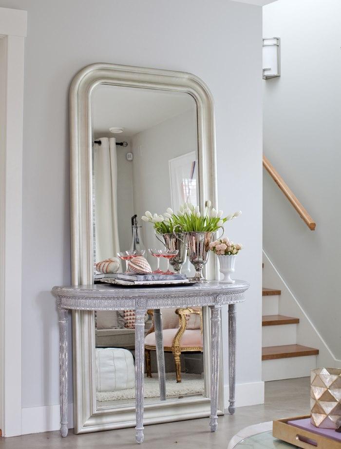 Пример установки напольного зеркала в прихожей
