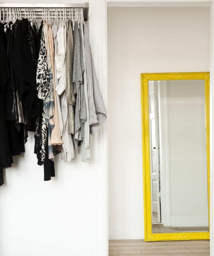Зеркало в желтой оправе на полу в коридоре
