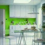 Белая кухня с яркой акцетной стенкой цвета лайм