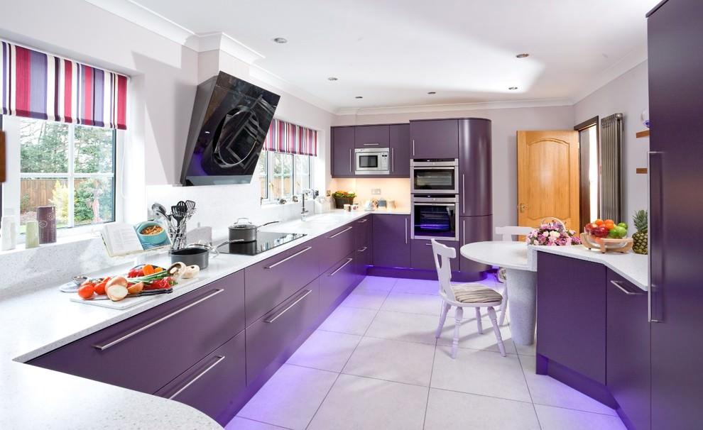 Темно-сиреневый гарнитур в кухне загородного дома