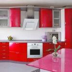 Белая вытяжка и печка отлично смотрятся на красной кухне