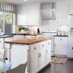 Белая вытяжка на белой кухне