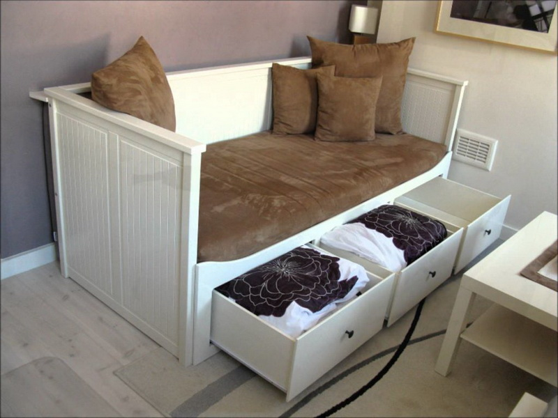 Удобные выдвижные ящики в кухонном диване