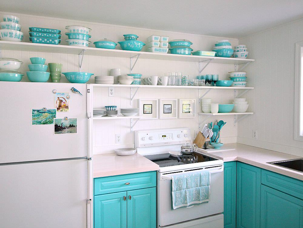 Бирюзовая посуда на белых кухонных полках
