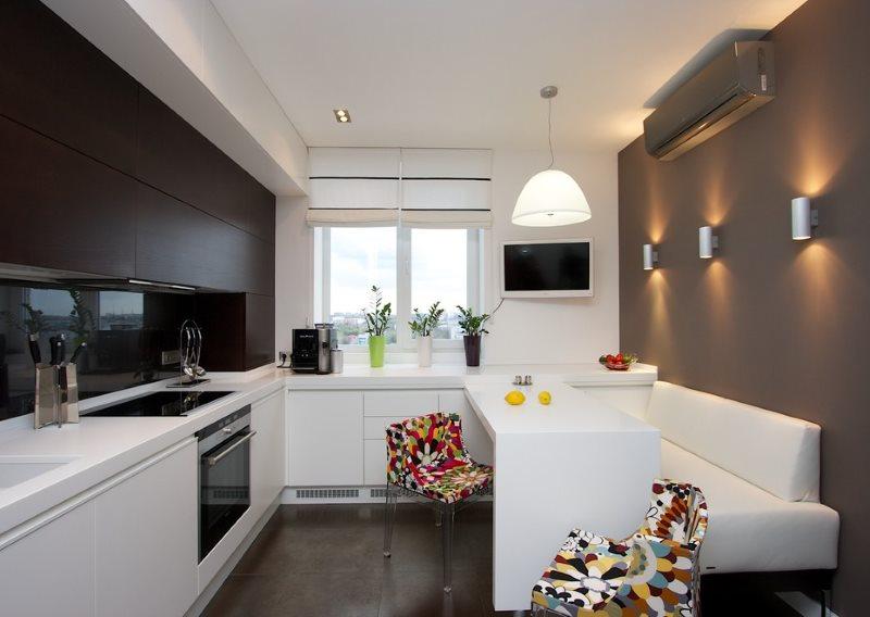 Белый узкий диван в интерьере кухни с серыми стенами