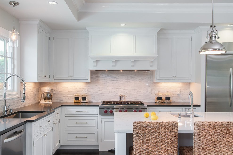 Белые подвесные шкафы с вытяжкой над кухонной плитой