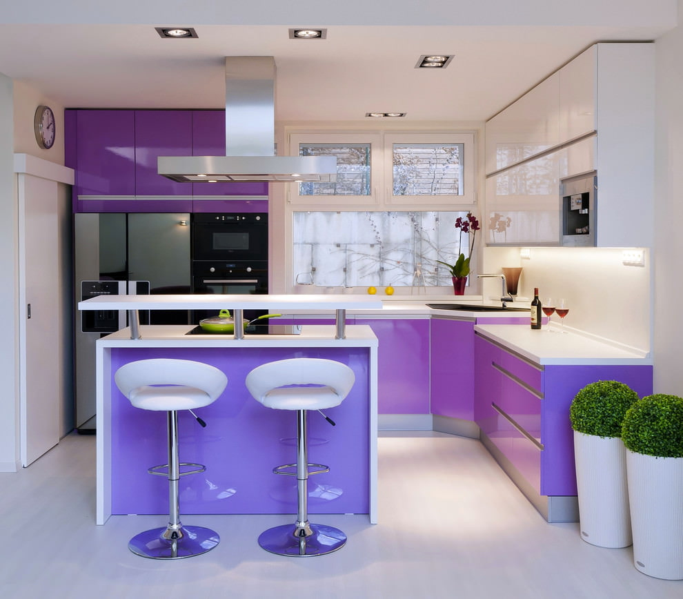 Дизайн современной кухни с сиреневым гарнитуром