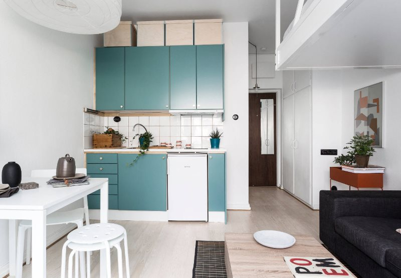 Интерьер кухни в скандинавском стиле с бирюзовой мебелью