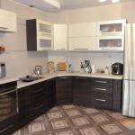 Бежевая кухня с мебелью цвета ваниль и венге