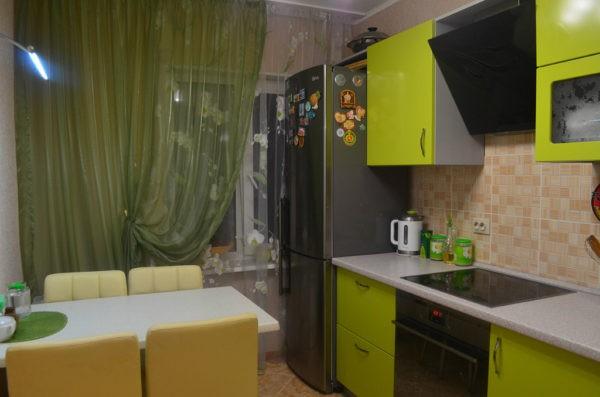Бежевые стены и мебель цвета лайм