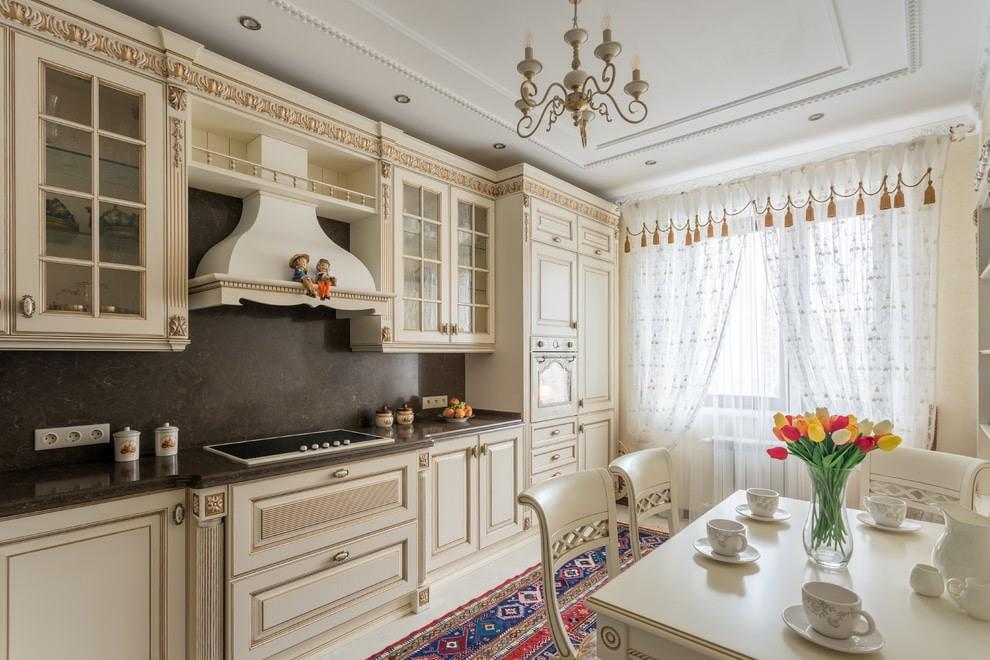 Кухонный гарнитур бежевого цвета с резными фасадами