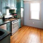 Гарнитур с высокими шкафами в кухне стиля эклектика