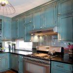 Состаренные поверхности кухонного гарнитура бирюзового цвета