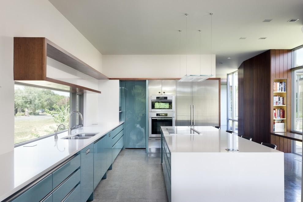 Просторная кухня в стиле модерн с мойкой у окна
