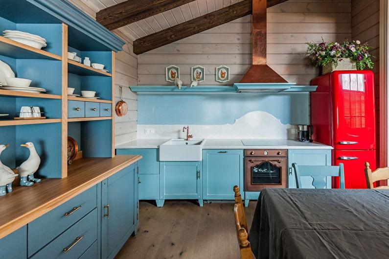 Бирюзовая мебель с открытыми полками в деревенской кухне