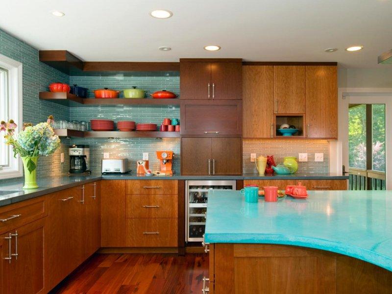Бирюзовая столешница на кухне с деревянной мебелью