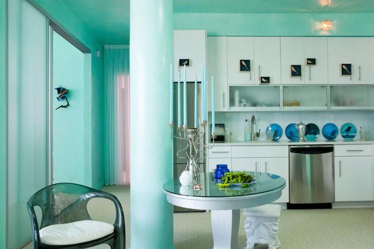 Белый гарнитур в кухне-столовой бирюзового цвета