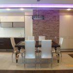 Большая кухня с мебелью венге и белыми глянцевыми шкафчиками