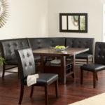 Черный диван на ножках и стулья со спинками для кухни