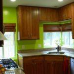 Деревянная мебель для маленькой кухни с лаймовыми стенами