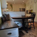 Деревянные скамейки с местами для хранения на кухне