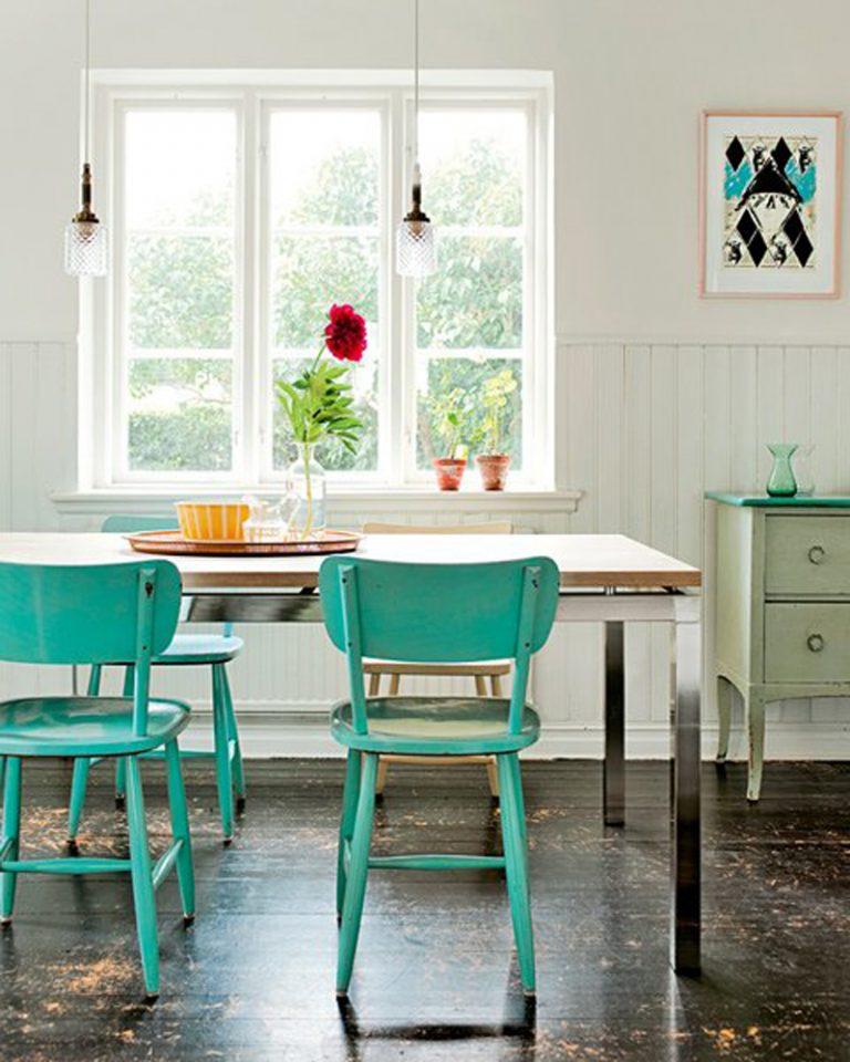 Деревянные стулья мятного оттенка в кухне частного дома