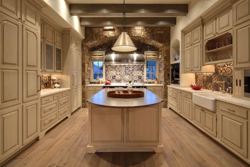 Пол из досок в кухне с бежевой мебелью